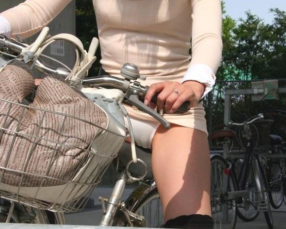 ミニスカでパンチラしまくりのまま街をチャリで駆け抜ける素人娘