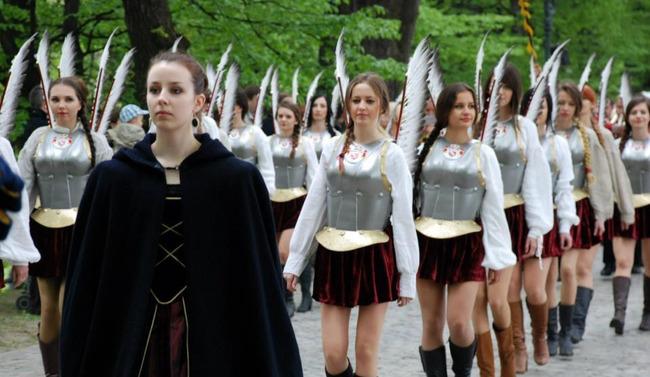 【画像】このエロい服がポーランドの女子士官学校の制服ってwwwwwwwwwwwwwwwwの画像