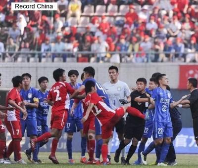 中国サッカー 乱闘 武漢