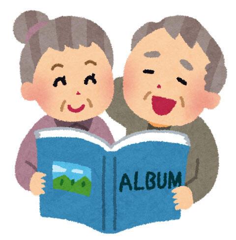 写真アルバムを眺めて昔を懐かしんでいる、お爺さんとお婆さん
