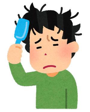 ブラシで髪をとかしている男性