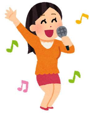 楽しそうに歌を歌っている女性