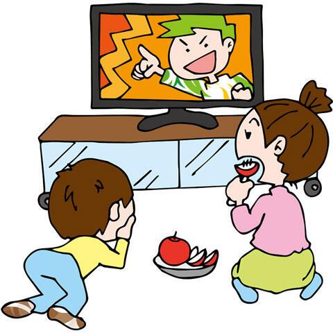テレビを見ている姉と弟