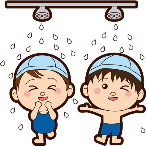 プールに入る前にシャワーを浴びる子供たち