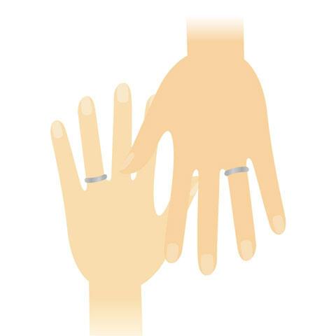 結婚指輪をはめた夫婦の手