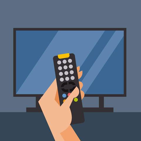 テレビと手に持ったリモコン