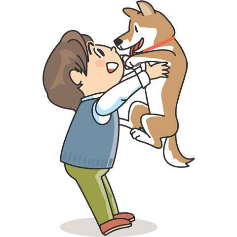 犬を抱き上げる飼い主の男性