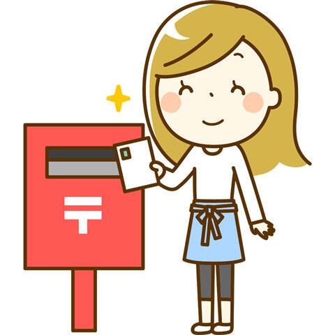 郵便ポストにハガキを出す女性