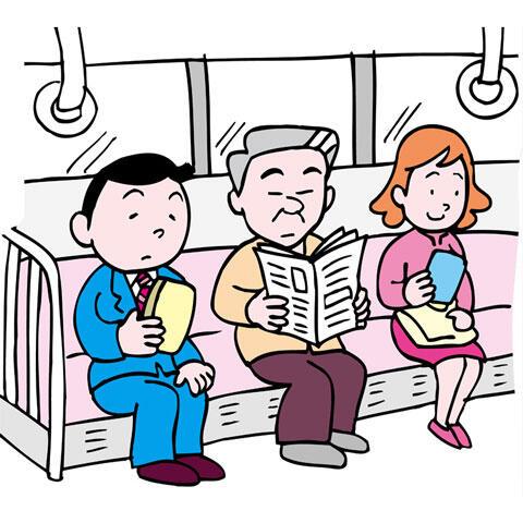 電車の座席に座ってスマホや新聞を見ている人々