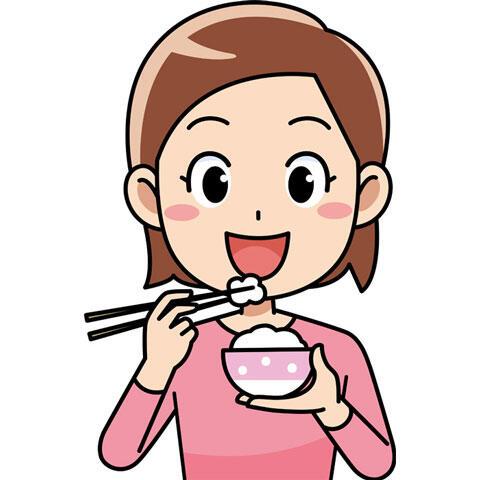 ご飯を食べている女性