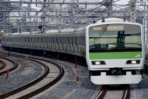 JR-Yamanote-Line-at-Shibuya-Station-in-Tokyo