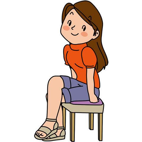 足を組んで座る女性