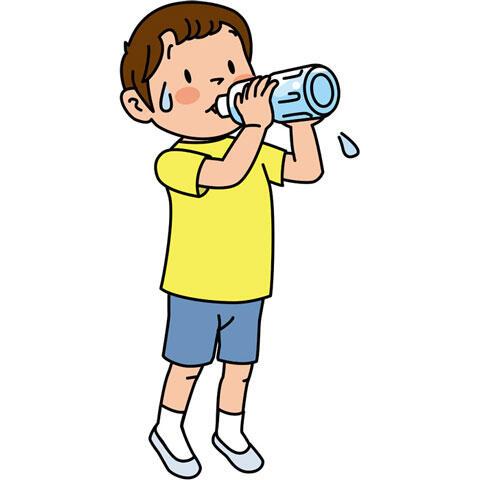 水をごくごく飲む男の子