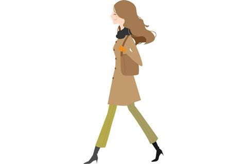 コートを着て歩く女性