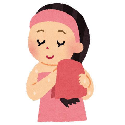 髪を拭いている女性