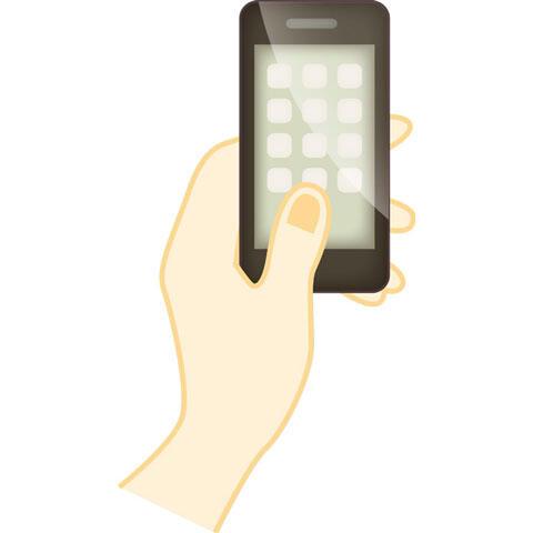 手に持ったスマートフォン