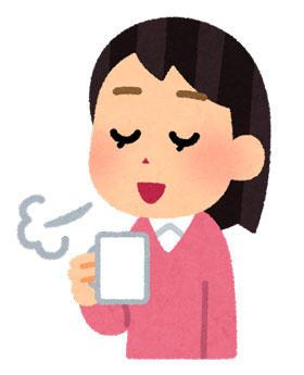 コーヒーを飲みながら一休みする女性
