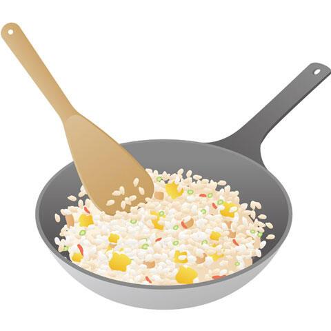 フライパンで炒める炒飯