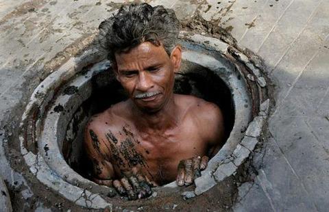 indian-sewer-man_1375125i