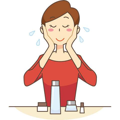 化粧水を顔につける女性