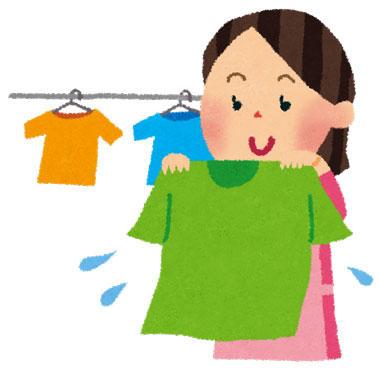 Tシャツを干すお母さん
