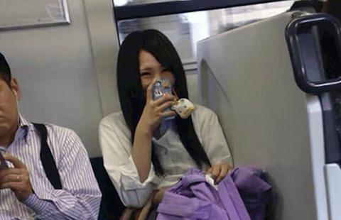 電車内 スマホ