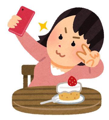 食べ物と自撮りをする人