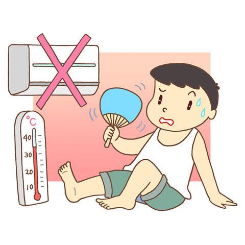 エアコンをつけずに暑さに耐える男性