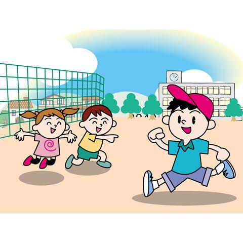 友達同士で校庭で遊ぶ小学生の子供たち