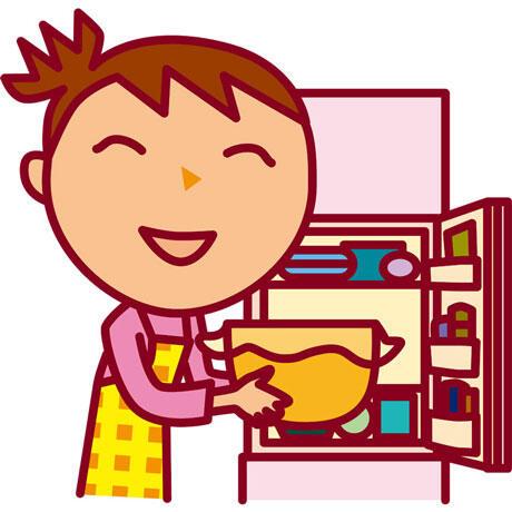 冷蔵庫に調理したものを入れる女性