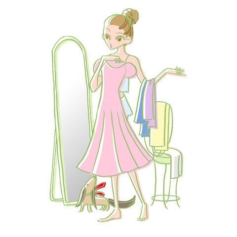 お出かけ前に服を選ぶ女性