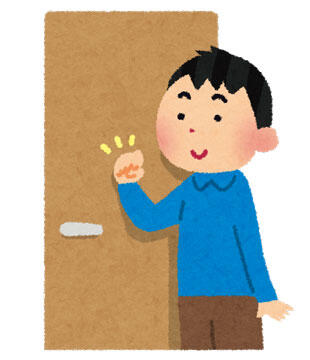 ドアをノックしている男性