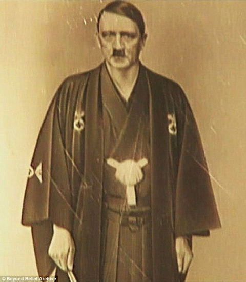 【画像】 着物姿のヒトラーの写真が発見される!