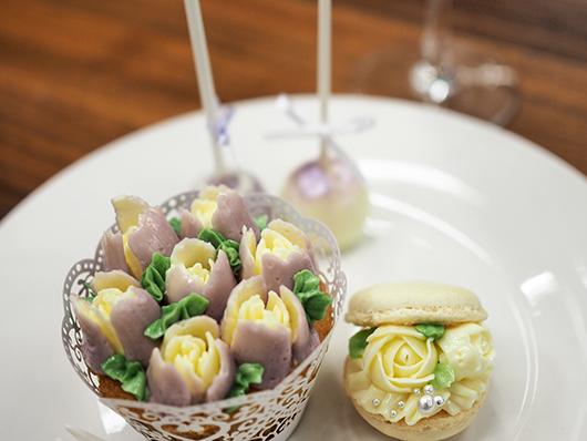 お花のカップケーキとマカロン