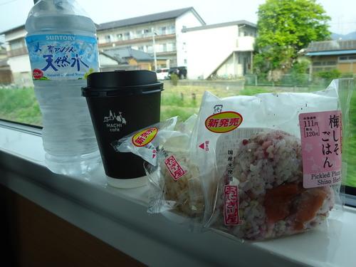 電車に乗って朝ご飯は質素に
