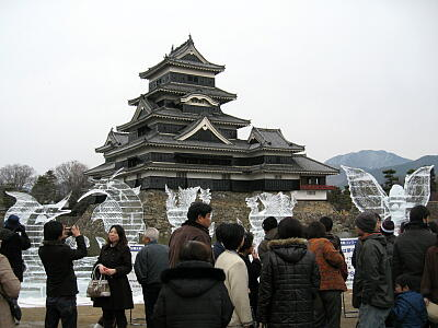 観光客と氷の彫刻