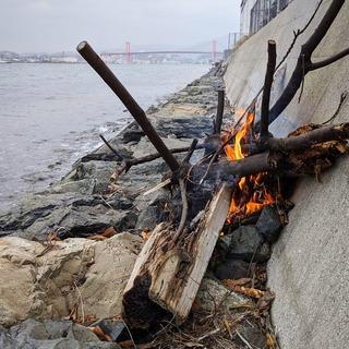 岩場の焚火