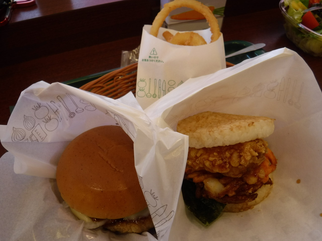 東久留米 - モスバーガー 東久留米駅店 「とびきりハンバーグサンド<チーズ>、モスライスバーガー よくばり天 海老とかきあげ、こだわり野菜のサラダL、オニポテ など」