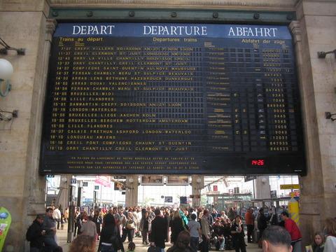 Gare_du_Nord_Fallblattanzeiger_Departure-board