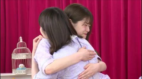 【乃木坂46】かずみんに『抱きついて離れない』、『スカートに手を突っ込む』まっちゅんwww