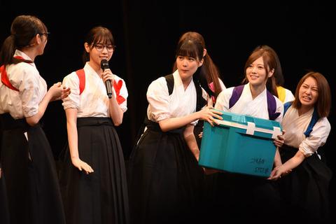 【乃木坂46】ほっこりするw映画組から舞台組への『クーラーボックス』贈呈の流れが可愛すぎるwww