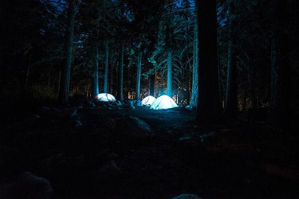 深夜1時に山奥へとやって来た車の目的に恐怖したキャンプの思い出