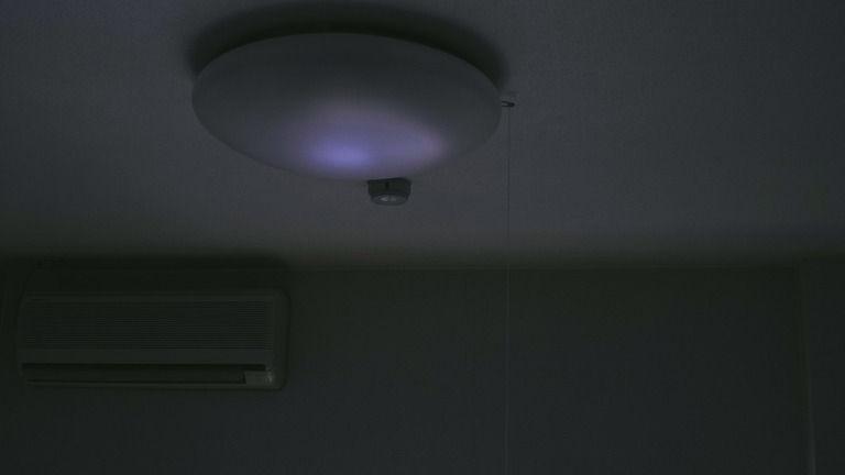 【心霊不思議な話】俺が真ん中で寝てて、ふと何気なく電球を見たんだ