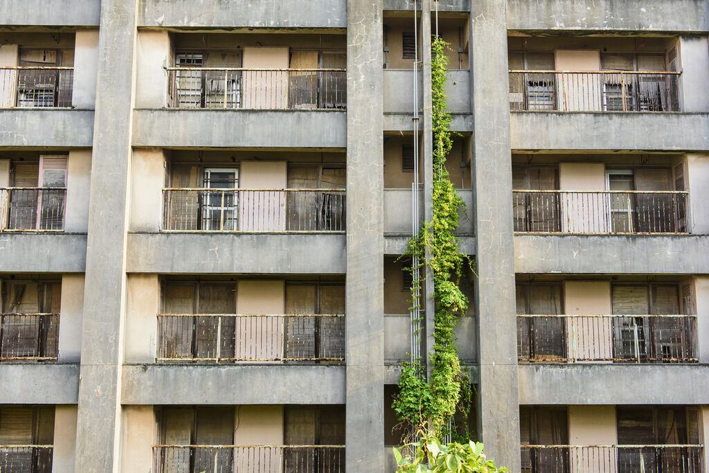 【不思議体験】小さい頃、5階建ての団地の2階に住んでて、下の階の家の玄関の戸を叩く音が聞こえてきた