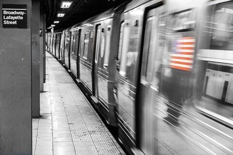【悲報】ニューヨーク地下鉄で全裸の男が乱闘騒ぎ…最後は感電死【動画あり】