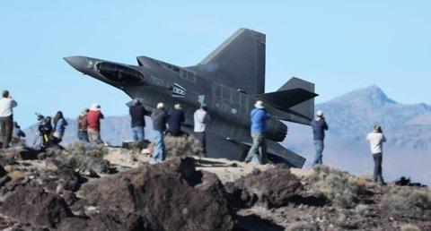 地上の人と同じ目線の高さで飛ぶ戦闘機