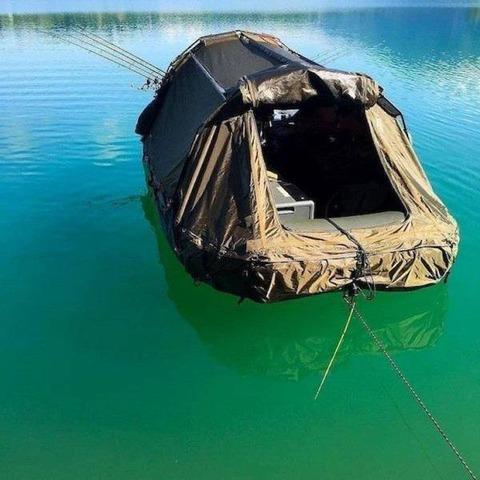 湖上のボートテント