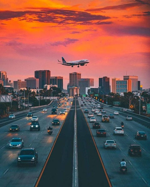 夕日の飛行機と高速道路、芸術的