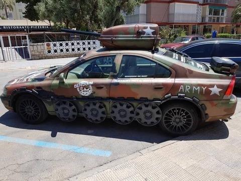 戦車みたいな塗装の車