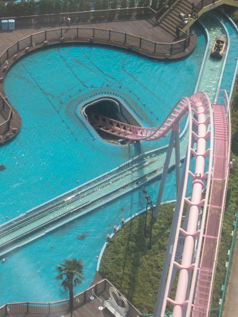 プールに突っ込むジェットコースターが凄いw!!